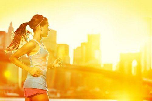 kobieta biegająca w słońcu