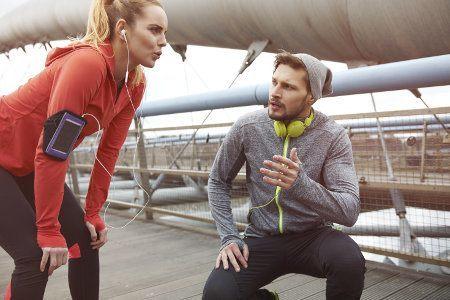 kobieta i mężczyzna w ubiorze sportowym
