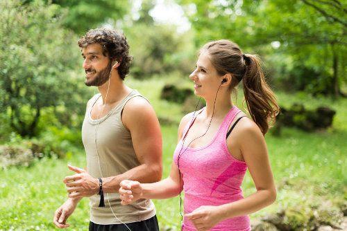 uśmiechnięci biegacze