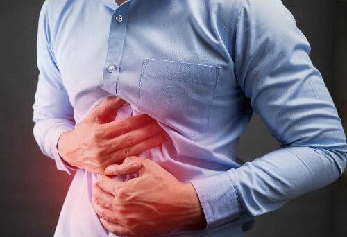 mężczyzna odczuwa ból w okolicy brzucha
