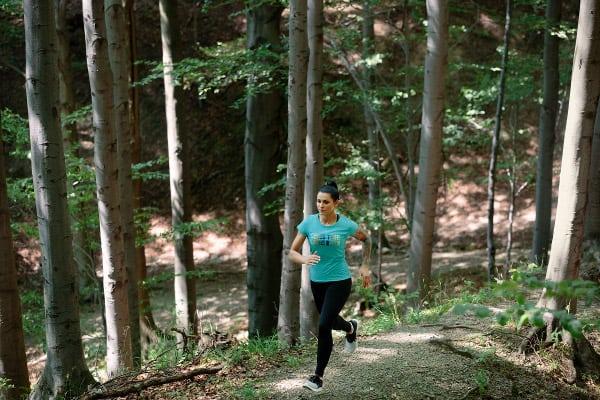kobieta biegnąca górskim szlakiem