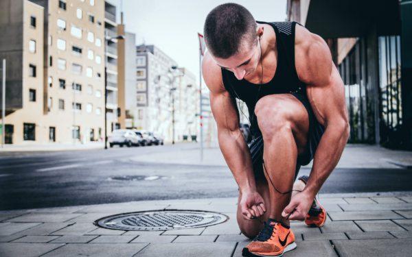 mężczyzna wiąże buta biegowego